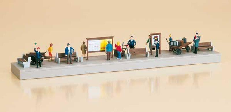 Auhagen 11339 Bahnsteigausstattung mit Figuren, Nenngröße H0
